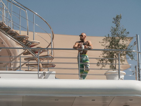 Conor McGregor na ostrov v Abú Zabí dorazil na luxusnej jachte