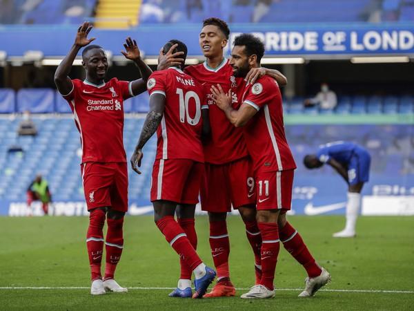 Futbalisti Liverpoolu oslavujú gól