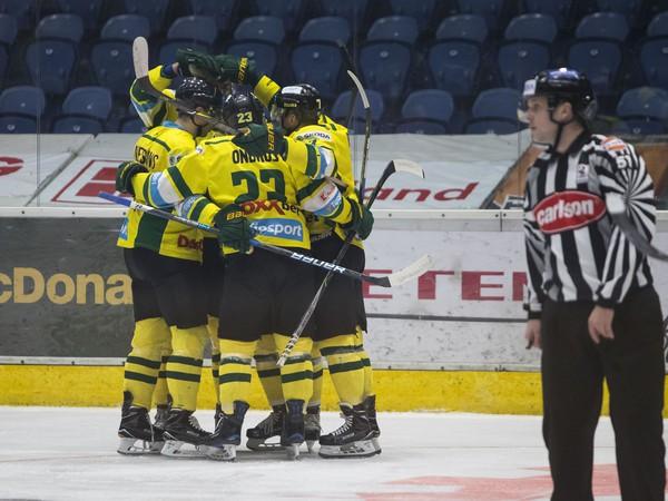 Na snímke hráči Žiliny sa radujú z gólu v prvom zápase štvrťfinále playoff Tipsport Ligy v hokeji HKM Zvolen - MsHK Žilina
