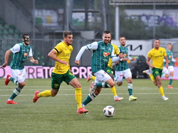 Na snímke uprostred vľavo Matúš Rusnák (MŠK Žilina) a Jakub Považanec (FK Jablonec)