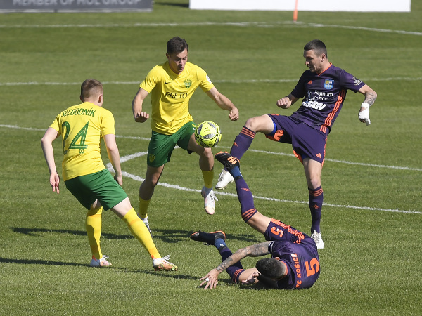 Vpravo dole Nikola Krčmarecič, hore Michal Jonec (obaja FC Košice), vľavo Tibor Slebodník (MŠK Žilina)
