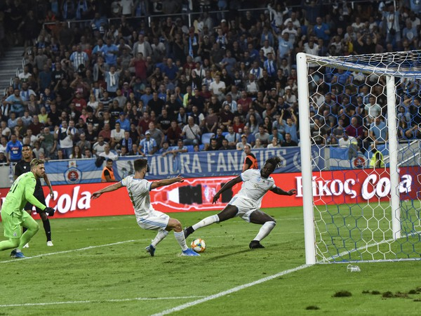 Na snímke vpravo Myenty Abena (ŠK Slovan Bratislava) strieľa víťazný gól