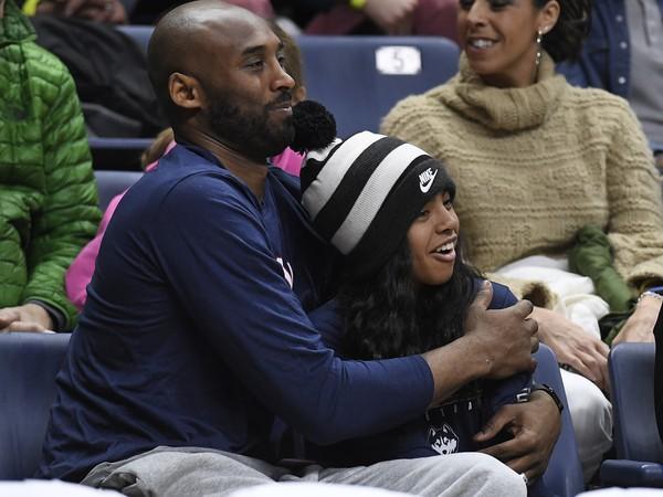 Kobe Bryant so svojou dcérkou Giannou počas sledovania univerzitného zápasu