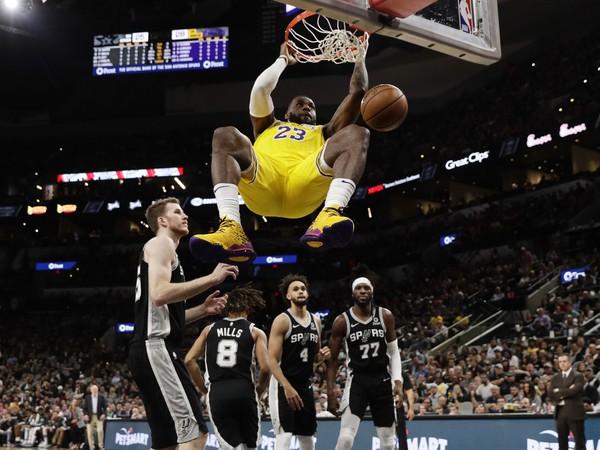 LeBron James zavesený na koši