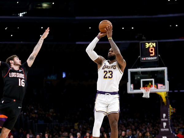 LeBron James pri streľbe na koš