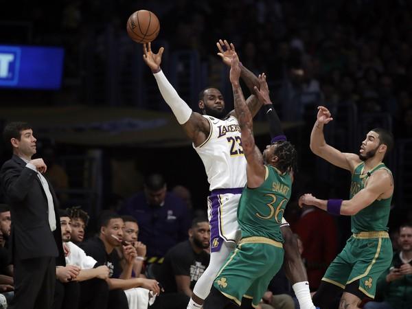 LeBron James bránený duom Marcus Smart - Jayson Tatum
