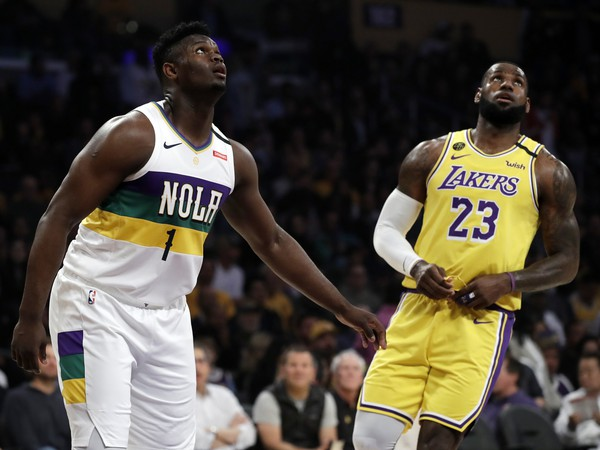Vpravo súčasný kráľ, vľavo budúci? Zion Williamson a LeBron James...