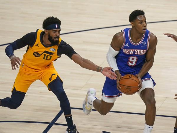 Hráč Utahu Jazz Mike Conley(vľavo) bráni RJ Barreta z New Yorku Knicks