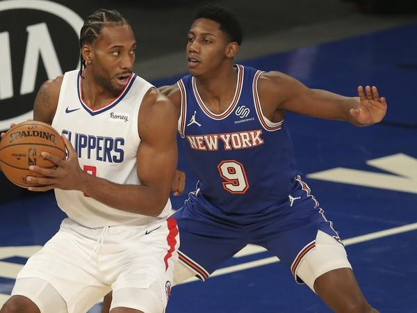 Hráč LA Clippers Kawhi Leonard (vľavo) kontroluje loptu pred RJ Barrettom z NY Knicks