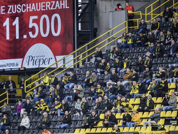 11 500 platiacich divákov na bundesligovom zápase Dortmundu s Freiburgom