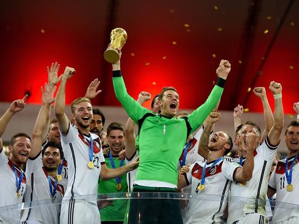 Oslavy nemeckých futbalistov s trofejou