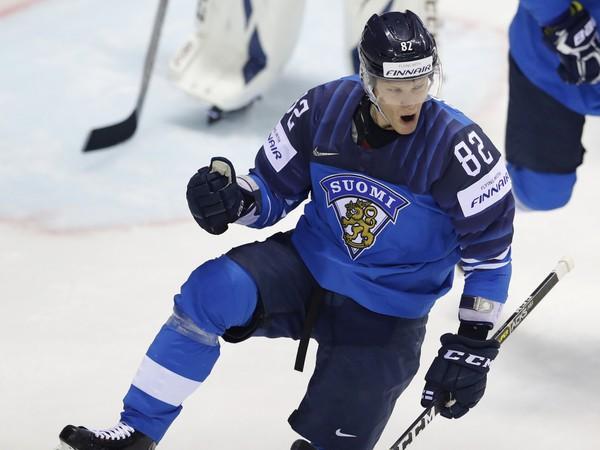 Fínsky hokejista Harri Pesonen sa teší po strelení gólu