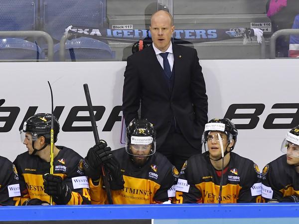 Tréner nemeckej hokejovej reprezentácie Toni Söderholm na striedačke