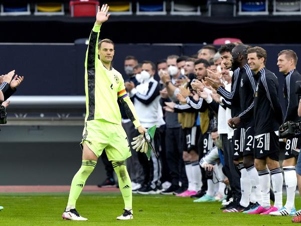 Manuel Neuer pri slávnostnom špalieri