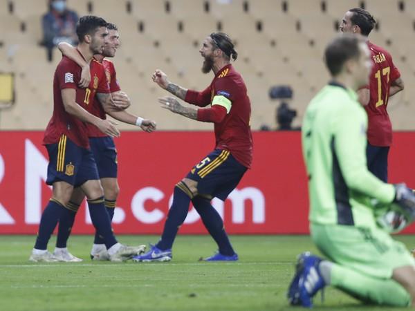 Sergio Ramos so spoluhráčmi oslavuje gól Španielska