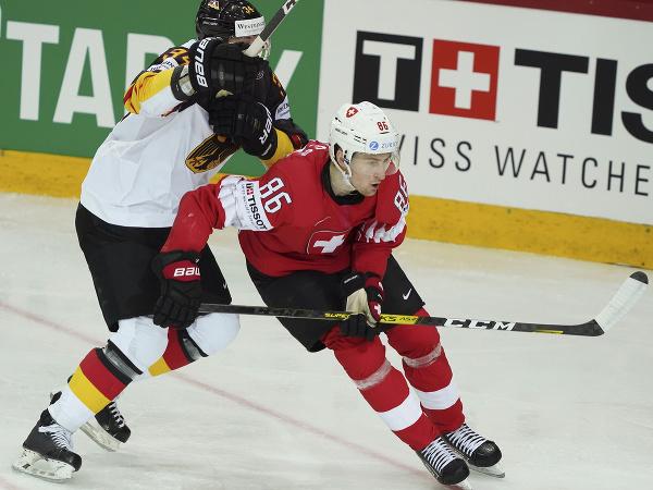 Na snímke sprava hráč Švajčiarska Janis Moser a hráč Nemecka Tom Kühnhackl