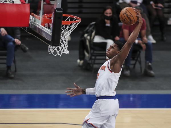 Hráč New York Knicks RJ Barrett smečuje na kôš