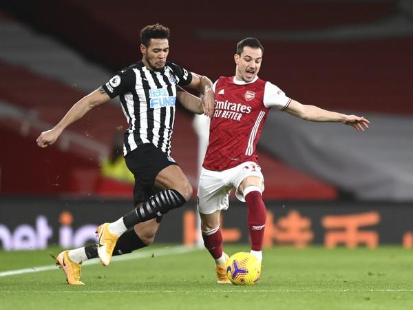 Hráč Arsenalu Cedric Soares (vpravo) bojuje o loptu s Joelintonom z Newcastle vo futbalovom zápase anglickej ligy Premier League Arsenal Londýn - Newcastle United