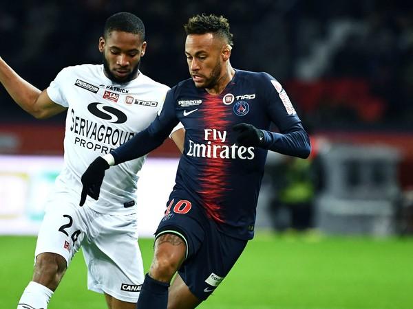 Neymar v súboji o loptu
