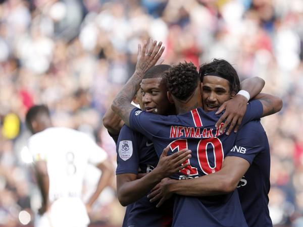 Hviezdne trio Kylian Mbappé, Neymar a Edinson Cavani oslavuje gól PSG