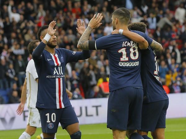 Neymar a Mauro Icardi oslavujú so spoluhráčmi gól PSG