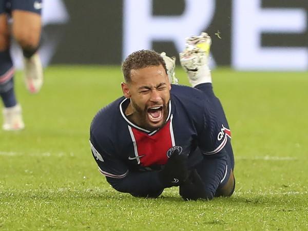 Neymara museli odniesť na nosidlách.