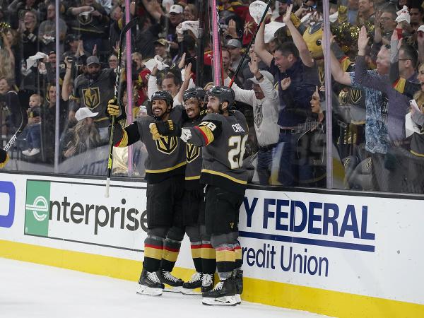 Hráči Vegas sa radujú z gólu v sieti Colorada