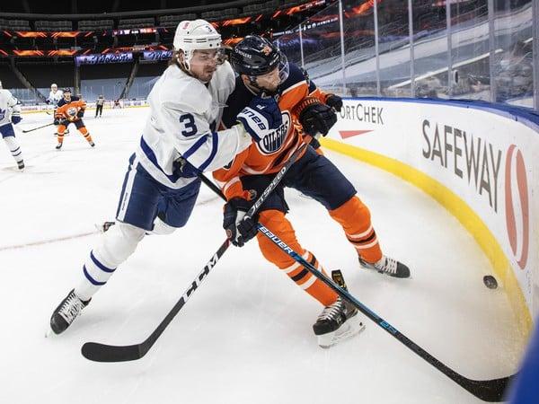 Alex Chiasson (vpravo) v zápase Edmontonu s Torontom