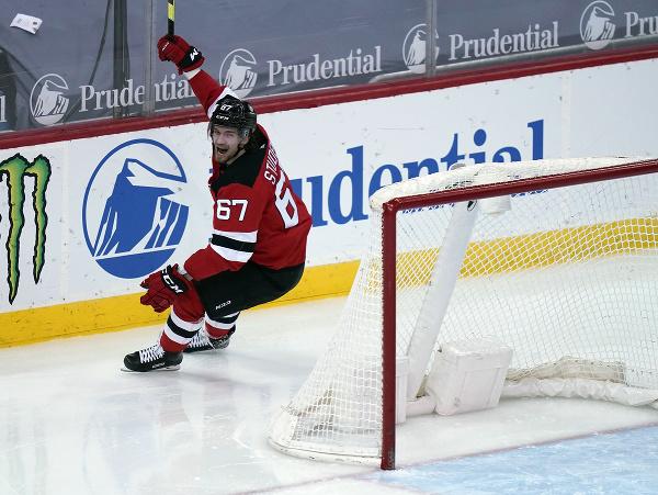 Slovenský hokejový útočník Marián Studenič oslavuje svoj prvý gól v NHL
