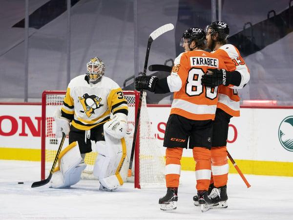 Hokejista Philadelphie Flyers Joel Farabee (uprostred) sa teší po strelení gólu