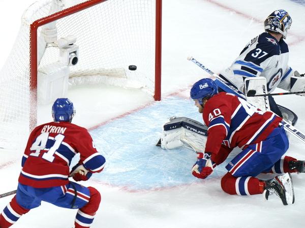 Joel Armia strieľa gól do bránky Winnipegu