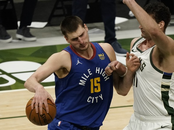 Basketbalista Denveru Nuggets Nikola Jokič a Bron Lopez z Milwaukee Bucks