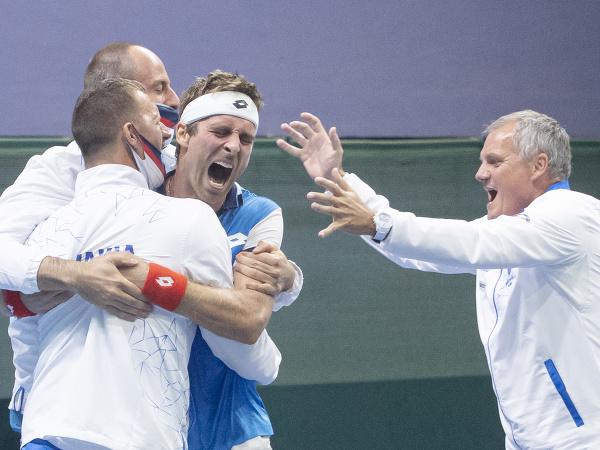 Na snímke slovenskí reprezentanti  oslavujú víťazstvo 3:1 v zápase 1. svetovej skupiny Davisovho pohára v tenise Slovensko - Čile