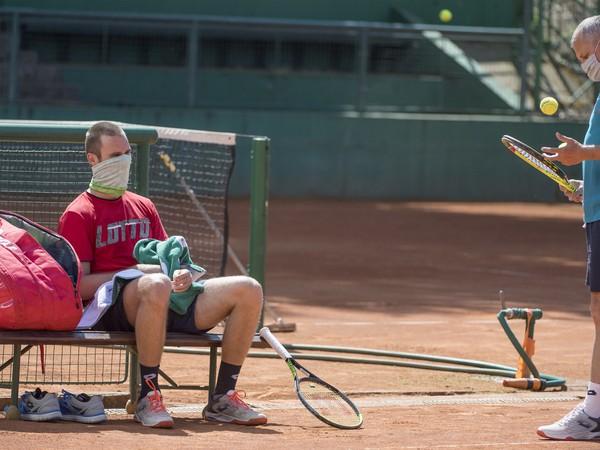 slovenský tenisový reprezentant Norbert Gombos a vpravo jeho tréner Tibor Tóth