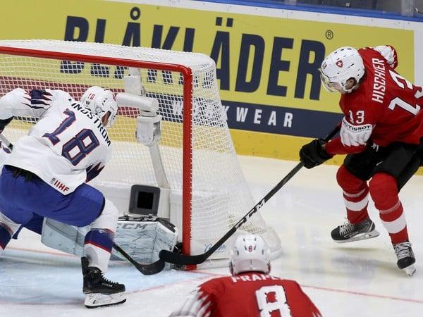 Nico Hischier pri puku v zápase Švajčiarsko - Nórsko