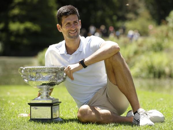 Novak Djokovič s trofejou Australian Open