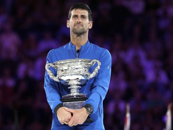 Novak Djokovič s víťaznou trofejou