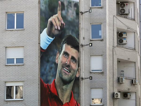 Na snímke obrovský plagát zobrazujúci srbského tenistu Novaka Djokoviča na budove 24. júna 2020 v Belehrade