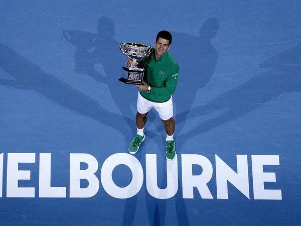 Novak Djokovič s trofejou za výhru na Australian Open