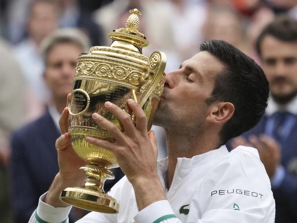 Novak Djokovič pózuje s trofejou po víťazstve vo Wimbledone