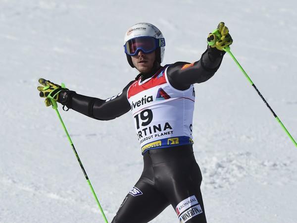 Adam Žampa sa raduje po svojej jazde v druhom kole obrovského slalomu
