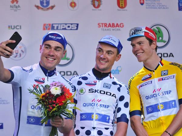 Zľava Fabio Jakobsen v drese pre najlepšieho pretekára do 25 rokov, Yves Lampaert v drese pre najlepšieho jazdca bodovacej súťaže a víťaz prológu Bob Jungels (všetci Quick Step Floors) po prológu 62. ročníka medzinárodných cyklistickyých etapových preteko