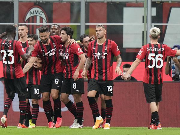 Olivier Giroud oslavuje gól so spoluhráčmi