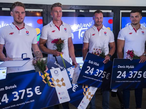 Na snímke slovenskí rýchlostní kanoisti, zľava Adam Botek, Samuel Baláž, Erik Vlček a Denis Myšák počas stretnutia Slovenského olympijského tímu z Tokia 2020