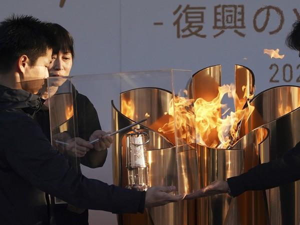 """Zapálenie lampy olympijským ohňom na záver slávnostného ceremoniálu """"Plameň obnovy"""" v japonskom meste Iwaki"""