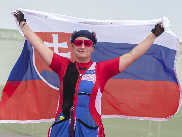 Slovenská strelkyňa Zuzana Rehák Štefečeková pózuje so slovenskou vlajkou po zisku zlatej medaily vo finále trapu na XXXII. letných olympijských hrách v Tokiu