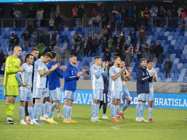 Hráči Slovana ďakujú fanúšikom po zápase