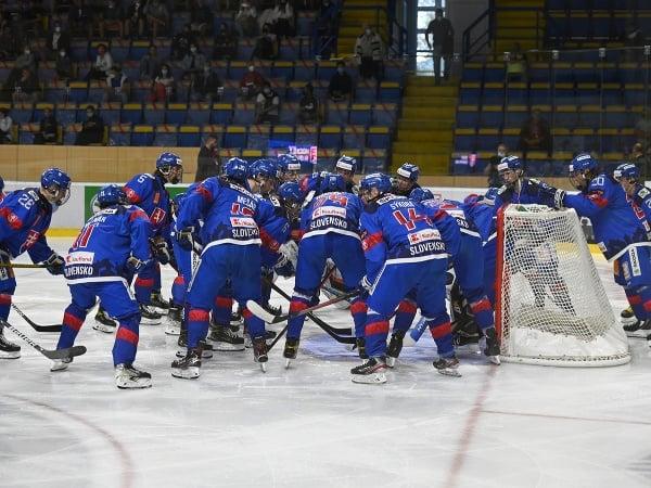 Tím Slovenska U18 počas zápasu na hokejovom turnaji Hlinka Gretzky Cup 2021 Slovensko U18 - USA U18
