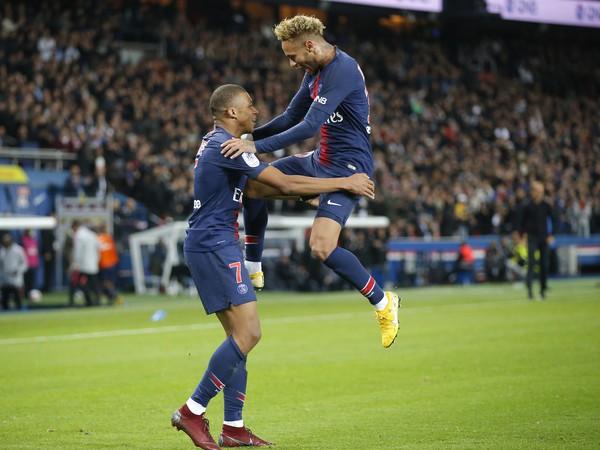 Kylian Mbappé a Neymar sa radujú z gólu