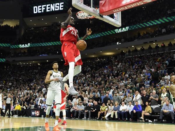 Basketbalista Toronta Raptors Pascal Siakam (43) strieľa kôš